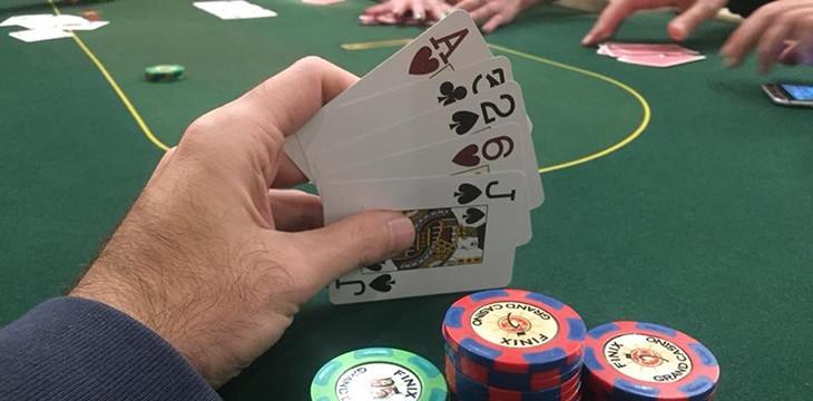 Играть в покерстарс